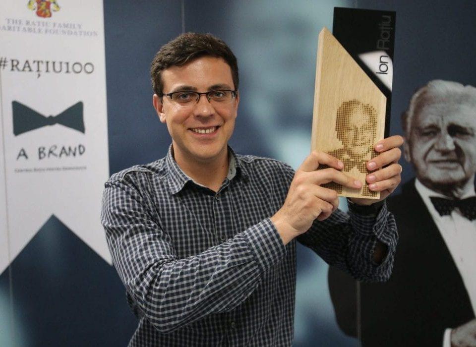 Alex Nedea a câștigat Premiul Ion Rațiu pentru Jurnalism în 2018, acordat de Centrul Rațiu pentru Democrație